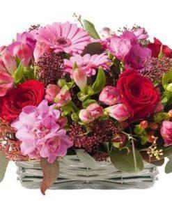 Συνθέσεις λουλουδιών σέ καλάθι